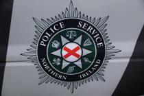 Эмблема полиции Северной Ирландии на форсированном полицейском автомобиле.